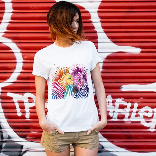 camiseta blanca sublimada con diseño cebras de colores